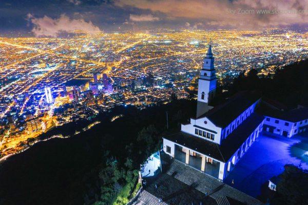 El Cerro de Monserrate en Bogotá. Drones Sky Zoom.