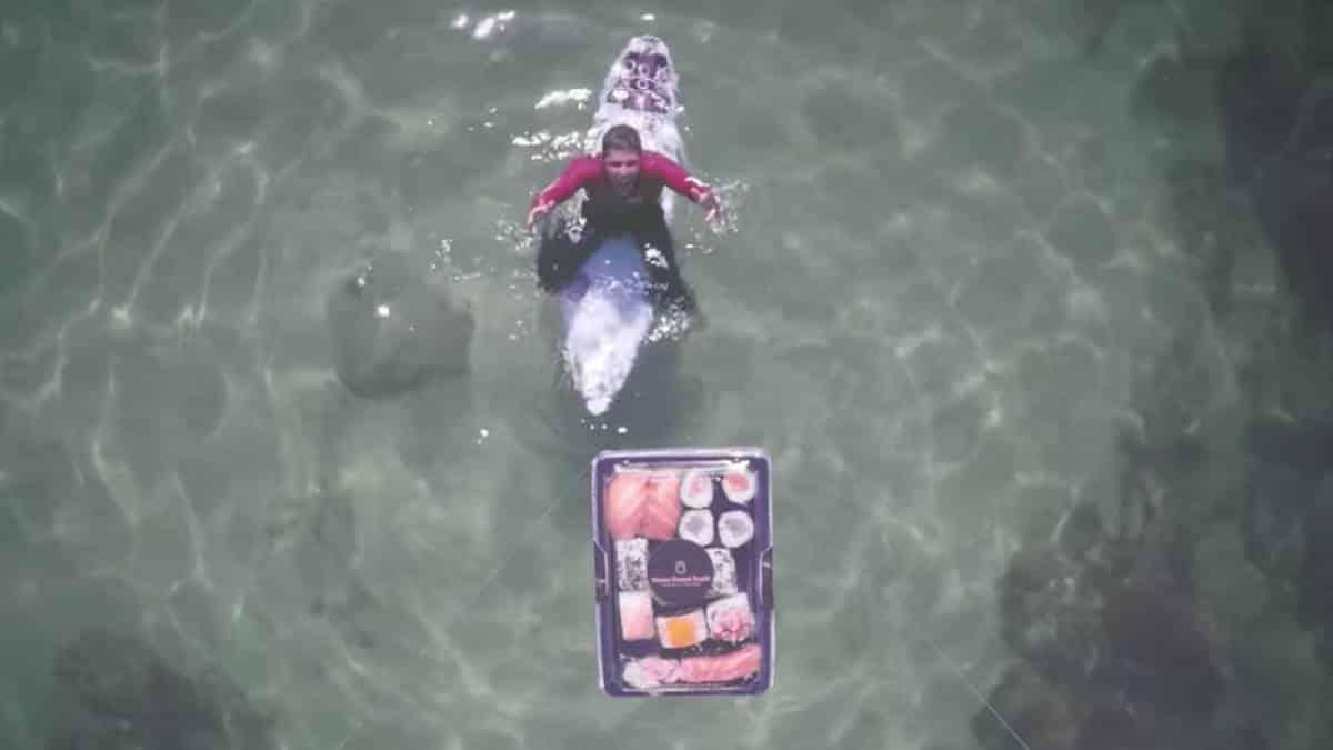 Este surfista recibió en medio del mar un domicilio de sushi.