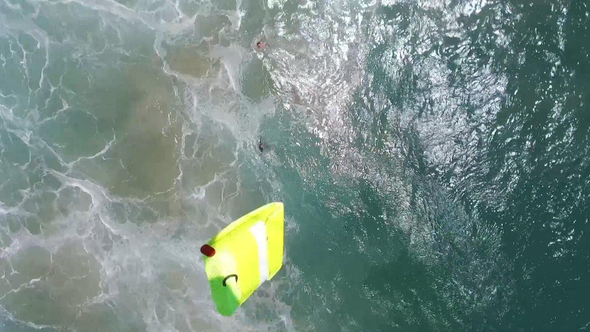 Rescate de un dron en las playas de Australia.