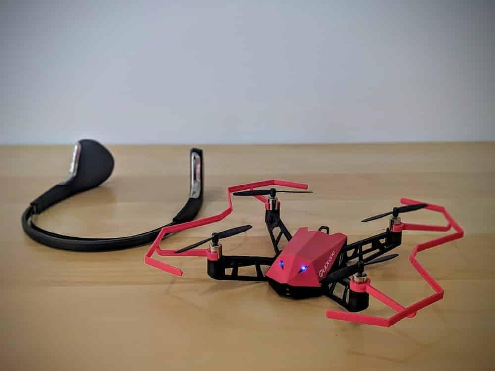 dron controlado por la mente a través de un auricular. Udrone.