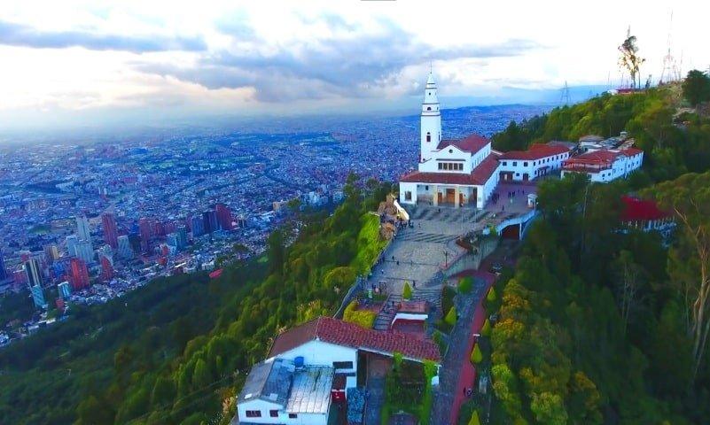 Drones en Bogotá Sky Zoom: El Cerro de Monserrate desde un Drone. Sky Zoom.
