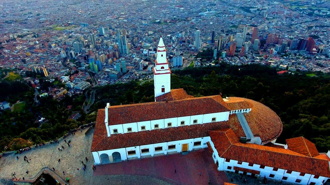 Cerro de Monserrate en Bogotá visto desde un dron. Drones Sky Zoom fotografía y video aéreo.